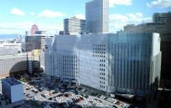 ヨドバシカメラマルチメディア梅田(中央)に隣接する新ビル予定地(手前の駐車場部分)=2012年10月、大阪市北区
