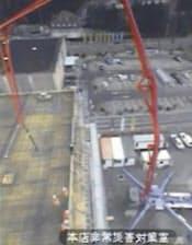 公開映像に映る「キリン」と呼ばれた長いアームを持つコンクリートポンプ車=東京電力提供