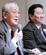 記者会見する日本航空の稲盛名誉会長(左)と植木社長(19日、東京都品川区)