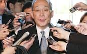 安倍首相との会談を終え、記者の質問に答える東電の下河辺会長 (26日午後、首相官邸)