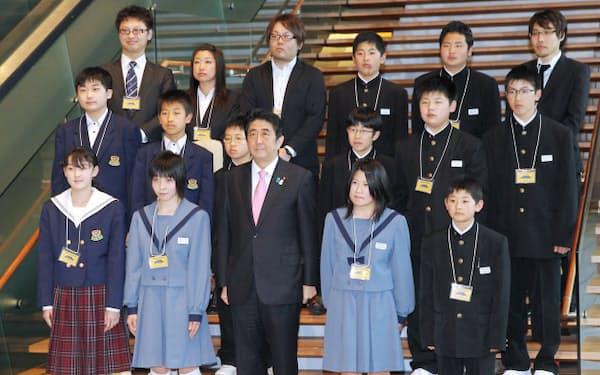 新閣僚の気分が味わえる2階大ホールへの階段(写真1)