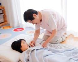 風邪など軽い病気の子供がいる家に保育スタッフを派遣する