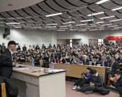 明大の北京大での出張講座は立ち見も出る人気(「機動戦士ガンダム」などに携わった富野由悠季監督が登壇した2010年の講座)