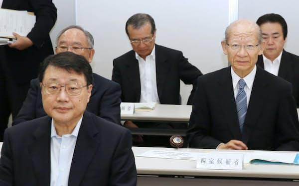 日本郵政の定時株主総会。坂前社長(手前)と西室氏(右)=20日、東京・霞が関