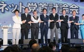 インターネット番組の討論会を終え握手する各党党首(28日夜、東京・六本木)