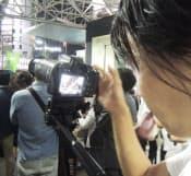 候補者らの演説を撮影する選挙スタッフ(東京都渋谷区)