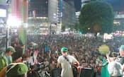 渋谷駅前で音楽を演奏しながら支持を訴える参院選の候補者(中)(14日、東京・渋谷)