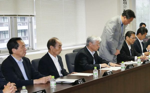 民主党の常任幹事会で参院選の敗北について頭を下げる海江田代表。左端は菅元首相(24日、民主党本部)