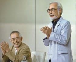 記者会見を終え、拍手する宮崎駿監督(右)(6日、東京都武蔵野市)