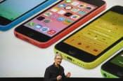 アップルのクックCEOは10日、「iPhone5c」を発表した(米カリフォルニア州クパティーノ)=ゲッティ共同