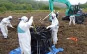福島県浪江町の帰還困難区域で除染作業をする作業員(1日)=環境省福島環境再生事務所提供