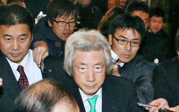 細川元首相との会談に向かう小泉元首相(14日、東京都港区)