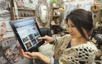 「ルームクリップ」を使ってインテリアの画像を共有する渡部友梨奈さん(東京都新宿区)