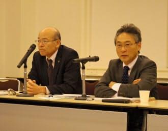 統一要求の方針について説明する有野委員長(左)と浅沼書記長