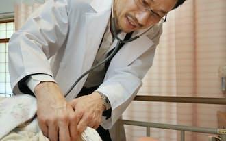訪問診療を行う医師の英裕雄さん(都内の老人ホーム)