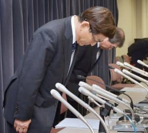 記者会見で謝罪するバニラ・エアの石井社長(左)(16日、国交省)