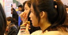 大連市の就職フェアに参加した大学生(遼寧省)