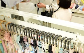 猛暑の影響で売り上げを伸ばしている日傘売り場 (3日、東京都豊島区の西武池袋本店)