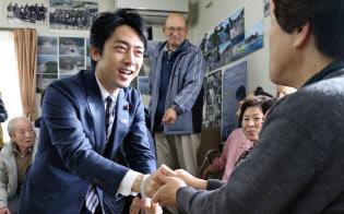 小泉氏は野党時代から被災地支援に力を入れてきた(岩手県田野畑村の仮設住宅)