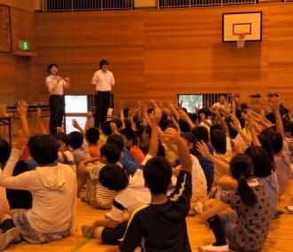 5、6年生の約8割が「スマホや携帯電話を使ったことがある」と手を挙げた(神戸市の西郷小学校)