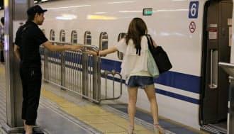 日曜日の夜、新幹線に乗る恋人を名残惜しげに見送る(JR名古屋駅)