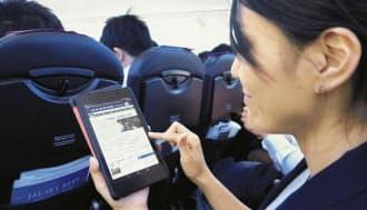 機内ネットサービスで、地上にいるのとほぼ同様にスマホやタブレットを活用できる(日航の羽田―福岡線機内)