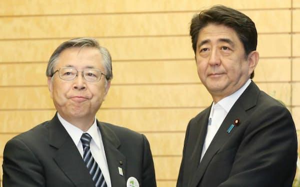 会談を終え、安倍首相と握手する佐藤福島県知事(1日、首相官邸)