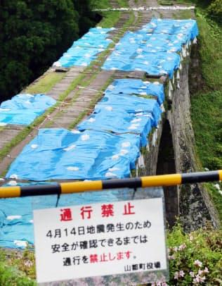 地震で通行禁止となった観光名所の石橋「通潤橋」(24日、熊本県山都町)