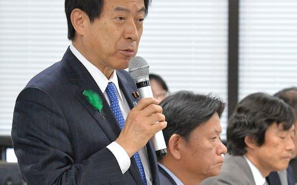 緊急対策会議であいさつする塩崎厚労相(4月18日、東京・霞が関)