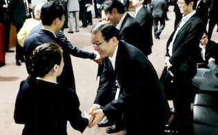 握手を交わし委員会室を出る改選議員ら(1日午前)