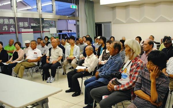 候補予定者の話を聞きに集まった人々(17日、長野市)