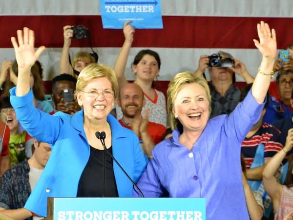 オハイオ州での集会で支持者の歓声に応えるクリントン氏(右)とウォーレン氏