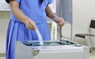 制服姿で投票する高校3年生の佐藤友香さん(3日、福岡県うきは市)