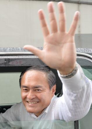 有権者に手を振る社民党の吉田党首(6月22日、東京都新宿区)