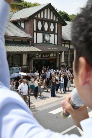 JR原宿駅前で街頭演説に耳を傾ける有権者ら(3日)