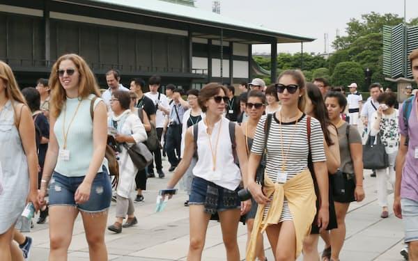 皇居・宮殿を見学する外国人観光客ら