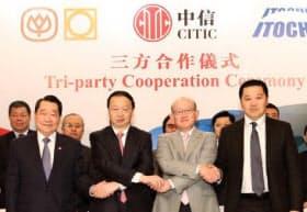CITIC、伊藤忠との3社提携セレモニー(前列左から筆者、常会長、岡藤社長)