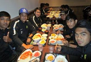 マレーシアの選手らはイスラム教に対応した食事を楽しんだ(町田市)