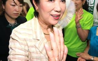 都知事選で当選を決め、支持者に迎えられる小池氏(31日夜、東京都豊島区)