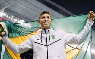 五輪新の6メートル03で優勝し喜ぶブラジルのダシルバ=共同
