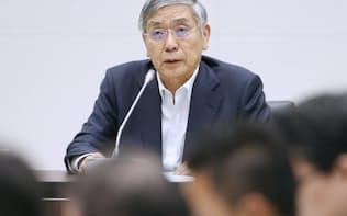 フィンテックフォーラムであいさつする日銀の黒田総裁(23日、日銀本店)