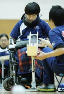 関東ボッチャ選手権大会でねらいを定める高橋
