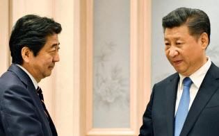 握手する安倍晋三首相と中国の習近平国家主席。習氏に笑顔はない(5日、中国・杭州)=代表撮影・共同