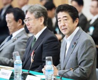 政府税調であいさつする安倍首相(右)(9日、首相官邸)
