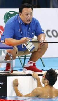 50メートル自由形決勝で木村(下)に2位に入ったことを伝える寺西=寺沢将幸撮影