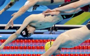 競泳男子50メートル自由形でスタートする山田=寺沢将幸撮影
