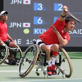 車いすテニス男子ダブルス3位決定戦で三木・真田組に勝った国枝(右)・斎田組=寺沢将幸撮影