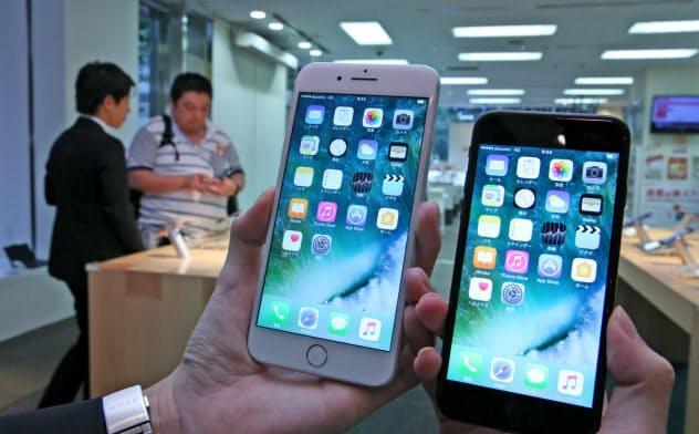 「iPhone7」(右)と「7プラス」の販売が始まった(16日、東京都千代田区)