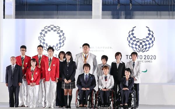 都庁前広場に掲げられた五輪旗(左)とパラリンピック旗(右)(21日、東京都新宿区)