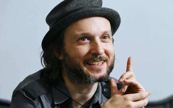 1976年ベルギー・アントワープ生まれ。99年にデビュー以来、欧州の名門バレエ団などで活躍、英ローレンス・オリビエ賞ほか受賞多数。